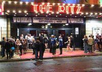 Filmklip af køen foran The Ritz i regn og kulde
