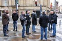 Billeder med tur-deltagerne omkring i Manchester
